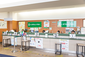 A large counter can respond many customers at once.
