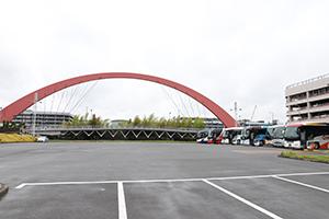 픽업 버스는 제1터미널 앞 지붕있는 버스 정류장에 대기하고 있습니다.
