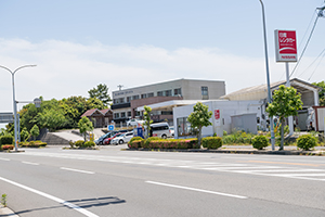 It takes about 3 minute by car from Oita Airport.