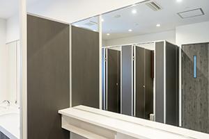 화장실에는 사용하시기 편리한 커다란 거울이 준비되어 있습니다.