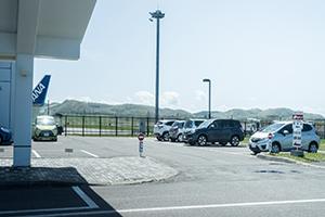 공항 터미널 빌딩의 바로 옆에서 차량을 건네드립니다.