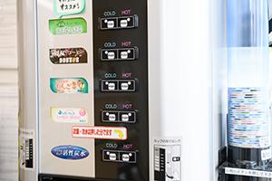 무료로 이용이 가능한 음료 기계가 있습니다.
