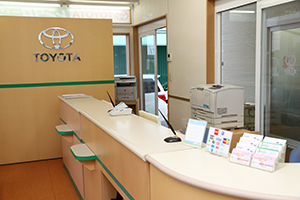 We welcome customers at a clean counter.